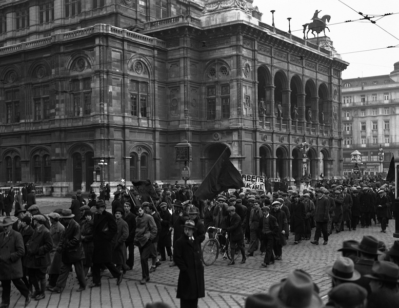 In 1930, unemployed Viennese protest in front of the Vienna State Opera after the economy crashed and inflation induced mass uncertainty. ©AP Photo