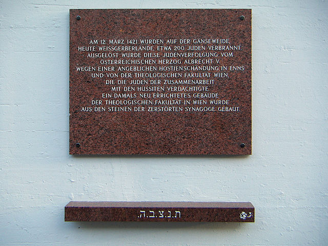 Plaque memorializing the brutal 1421 pogrom at the Gänseweide (Photo: Anton-kurt, Wikicommons)