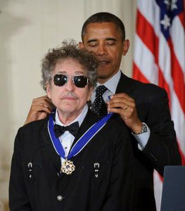 Obama bestows Dylan with the Medal of Freedom (Photo: Bill Ingalls/ NASA)